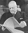 Jean Sibelius. Kuva: http://commons.wikimedia.org/wiki/File:Sibelius_with_notes.jpg